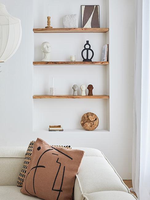 Minimalistyczny regał drewniany z dekoracjami boho