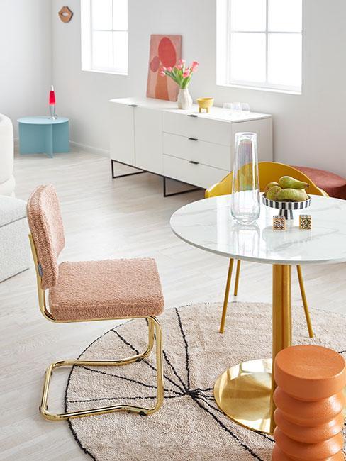 Kącik jadalniany w salonie z pastelowymi meblami