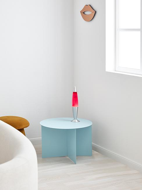 Kącik z jasnobiebieskim nowoczesnym stolikiem i lampą lawą
