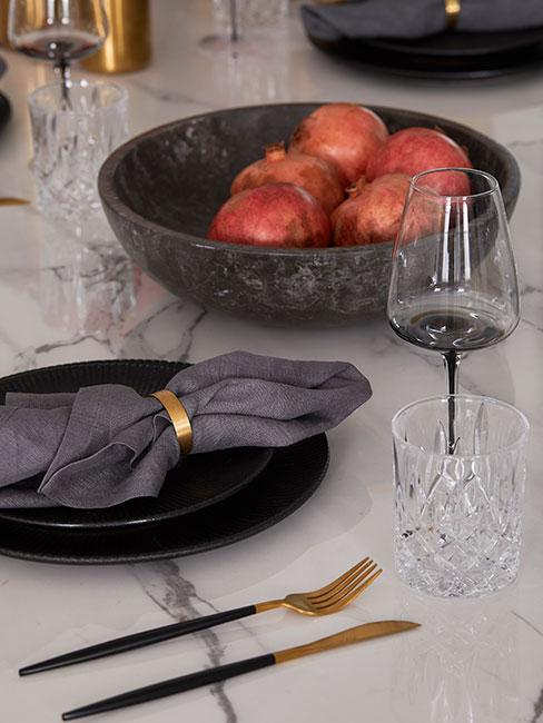 Czyran zastawa stołowa na marmurowym stole ze złotymi sztućcami