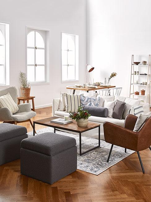 duży salon z jadalnią z białą sofą i skórzanym fotelem w stylu country