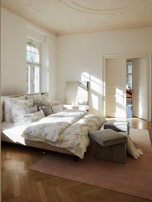 Jasna sypialnia w klasycznym stylu retro
