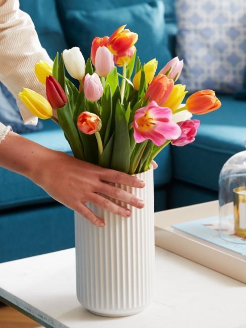 kolorowe tulipany w białym wazonie