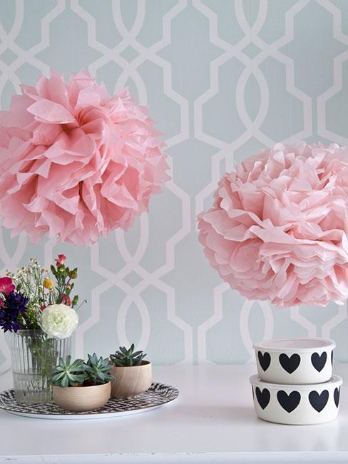 różowe pompony z apieru nad stołem