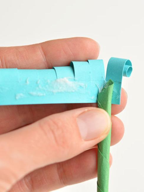 Zwijanie kolorowych hiacyntów z papieru
