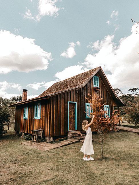 Stary drewniany dom na wsi