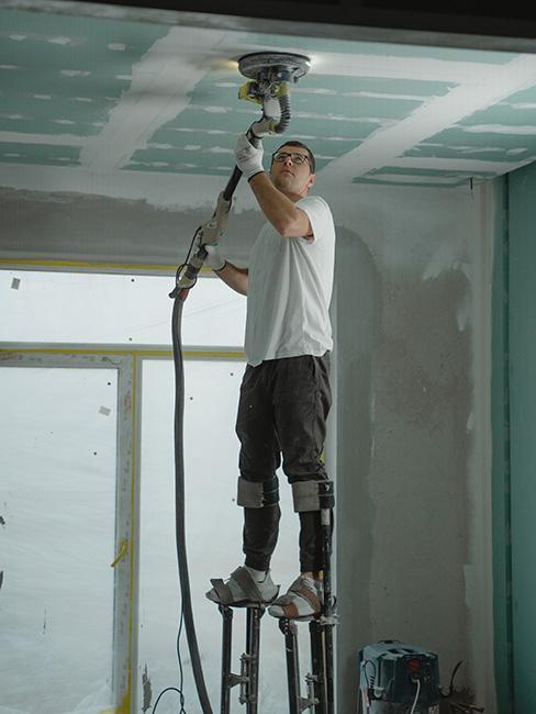 Mężczyzna remontujący sufit