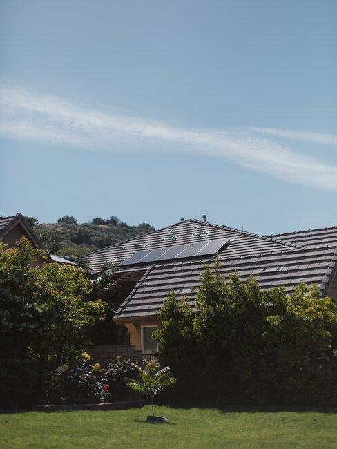 Dach domu z panelami solarnymi