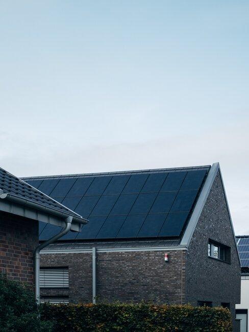 Dom z panelami solarnymi na dachu