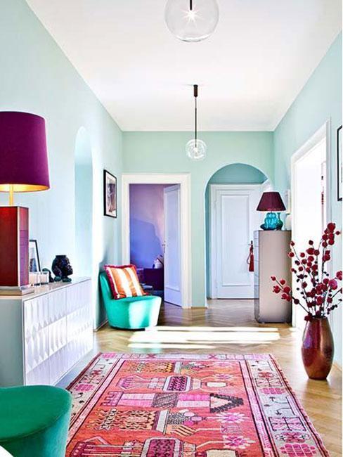 Jasny pastelowy korytarz z kolorowymi meblami