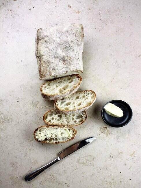 Pokrojony chleb i maselniczka z masłem