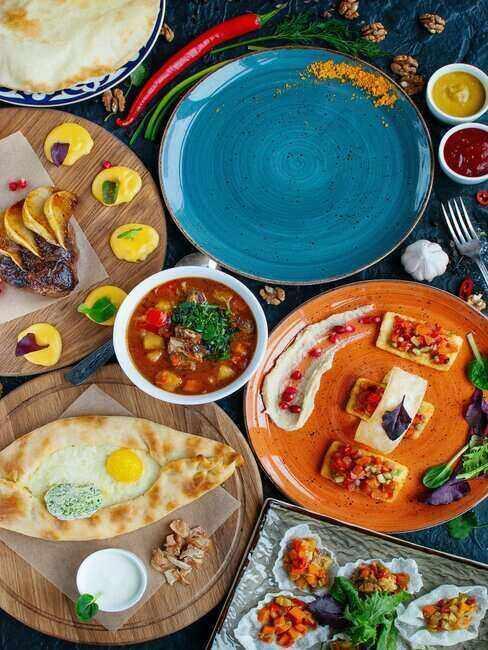 Jedzenie na kolorowych talerzach