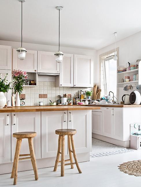 Biała kuchnia w stylu skandynawskim z drewnianym blatem