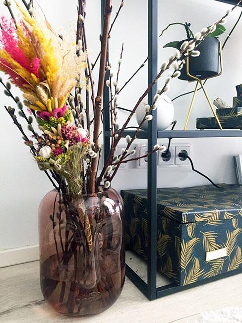 Palma wielkanocna w wazonie brązowym
