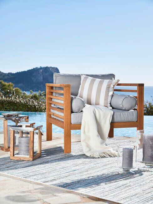 Krzesło przy basenie
