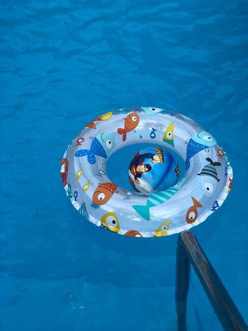 Pływająca opona dla dzieci w basenie