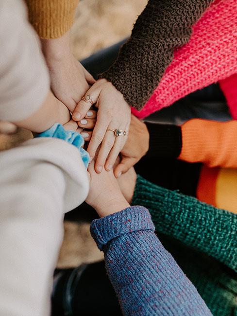 ręce kobiet złożone w uścisku