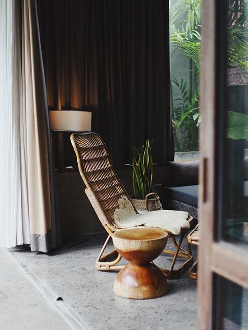 Krzesło ażurowe w japońskim stylu na tarasie
