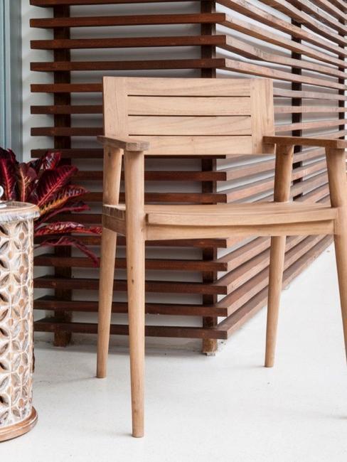 Drewniane krzesło w japońskim stylu na tarasie