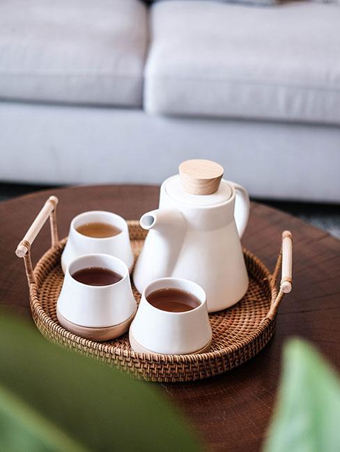 Biały minimalistyczny imbryk do herbaty na bambusowej tacce z filiżankami
