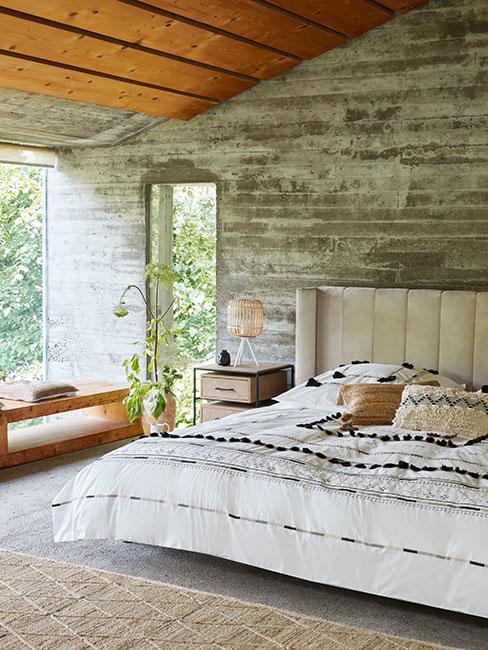 Sypialnia w lofcie z betonu w stylu boho