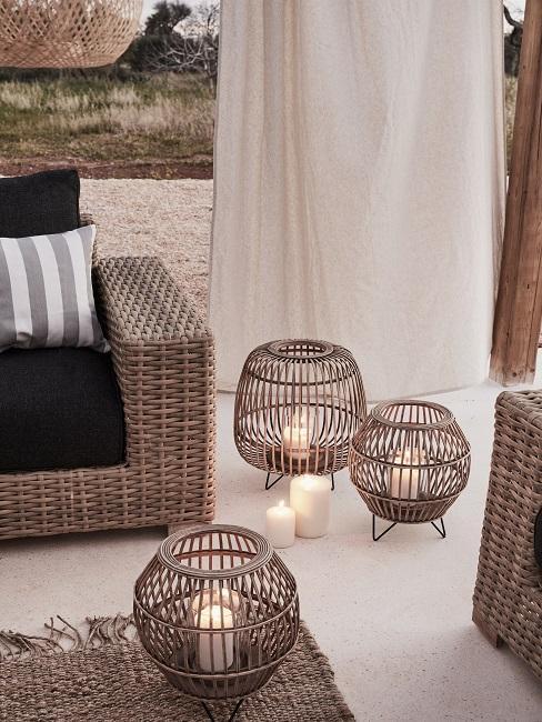 lampiony z drewna na tarasie obok sofy zewnętrznej