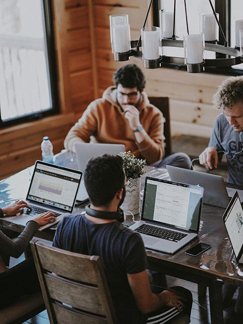 czterech mężczyzn przy biurkach w biurze