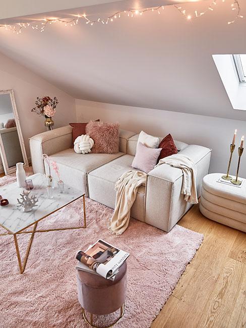 Romantyczny salon w różu i bieli ze złotymi akcentami