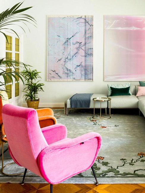 Różowy neonowy fotel w pastelowym sezonie