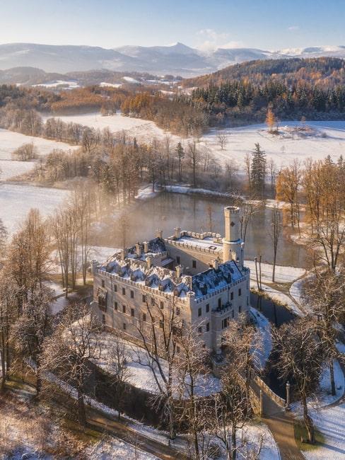 Widok z lotu ptaka na Zamek w Karpnikach zimą