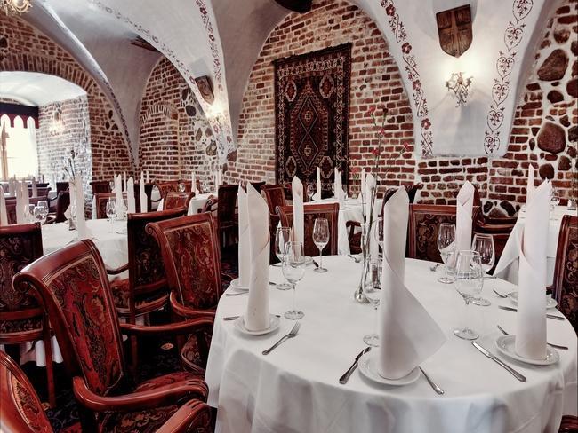 Nakryty stół w restauracji Zamek Ryn