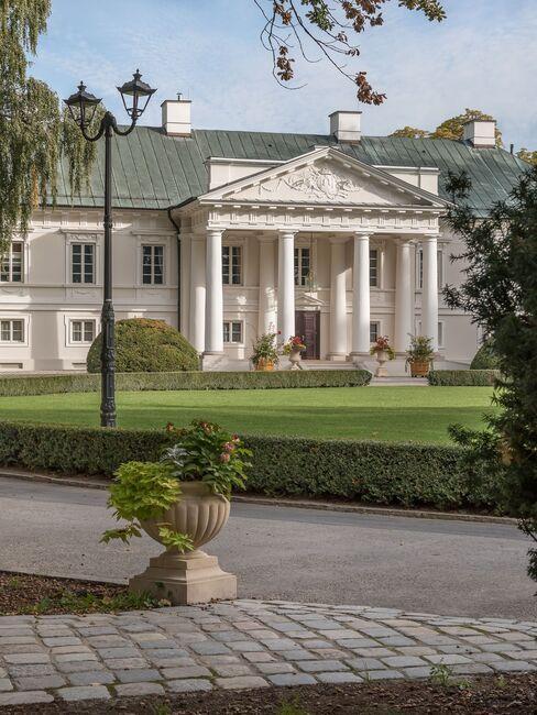 Widok na malowiczy budynek Pałacu Mała Wieś