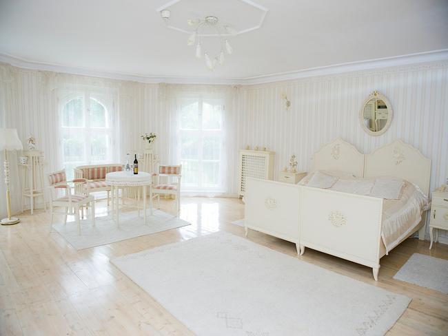 Wnętrze aparementu w Pałacu Brzeźno urządzonego w odcieniach bieli
