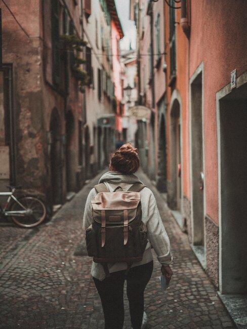 Kobieta spacerująca między budynkami