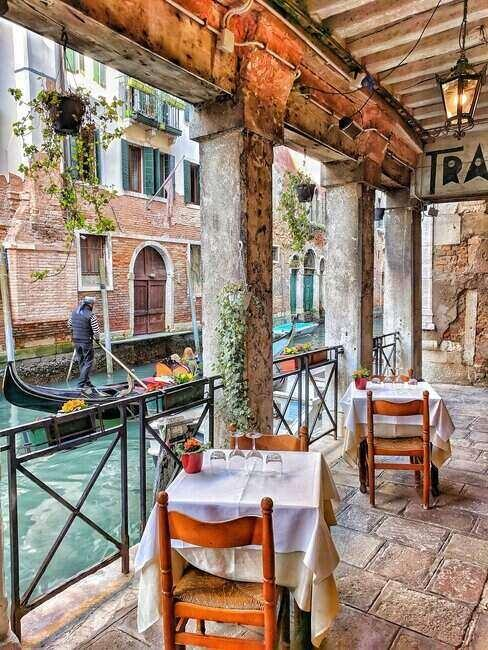 Wenecja, widok z restauracji na brzegu kanału