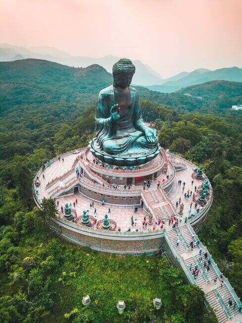 Widok na wielką statuę Buddy