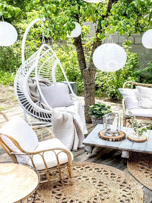 białe krzesło wiszące na tarasie w stylu boho
