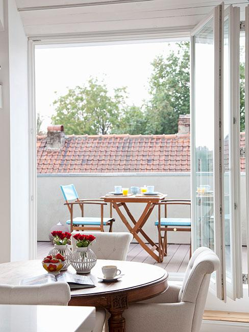 maly romantyczny balkon