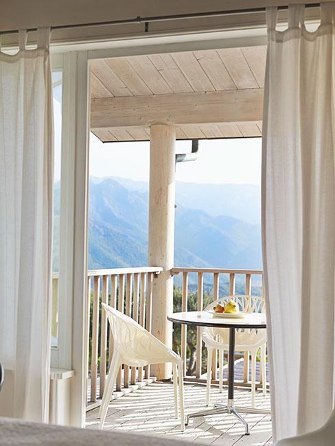 minimalistyczny bialy balkon