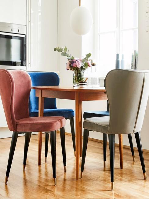Nowoczesne krzesła i okrągły stolik - jadalnia