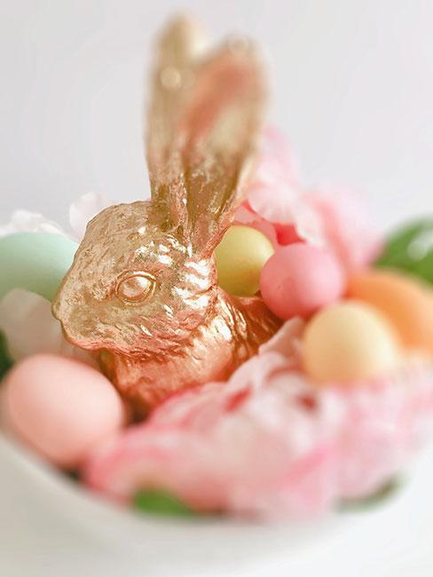 złoty królik wśród pastelowych jajek