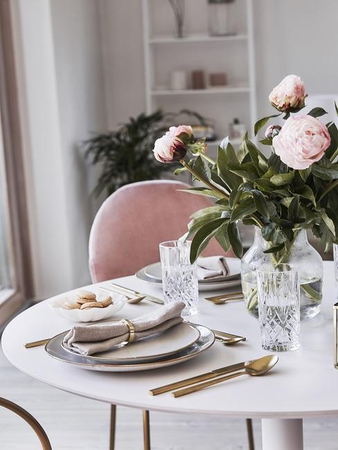 różowe piwonie w wazonie na białym stole