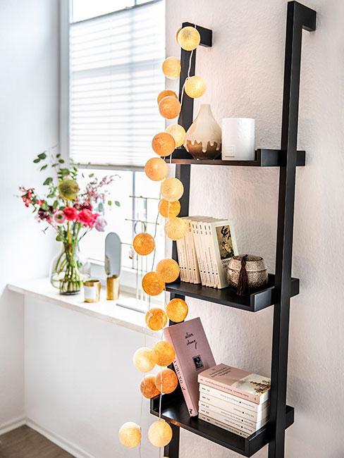 Wystawka na parapecie z wazonu, lustra i stojaka na biżuterię