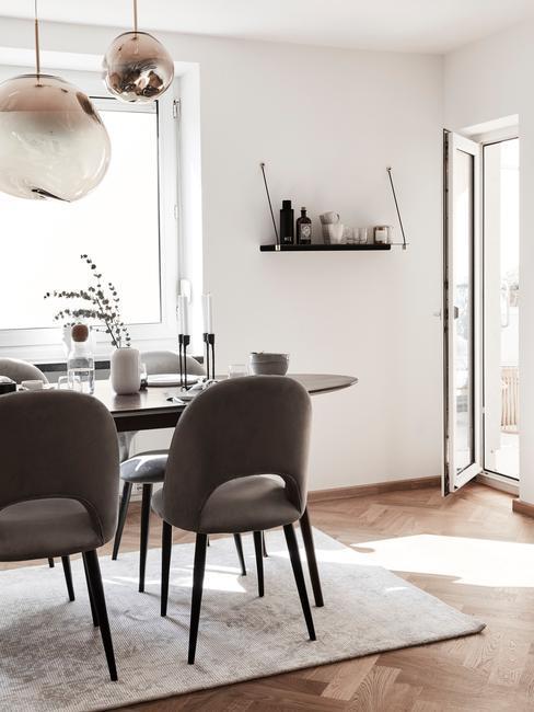 Stolik z krzesłami i lampą wiszącą
