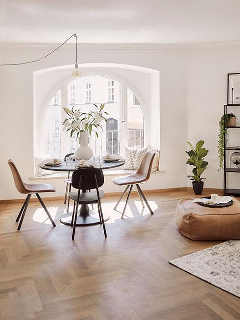 Mały stolik z krzesłami przy oknie, styl skandi