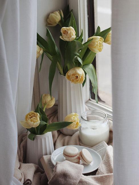 żółte tulipany w wazonie na parapecie
