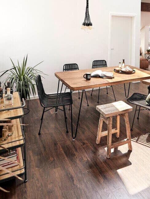 Prostokątny drewniany stół i krzesła