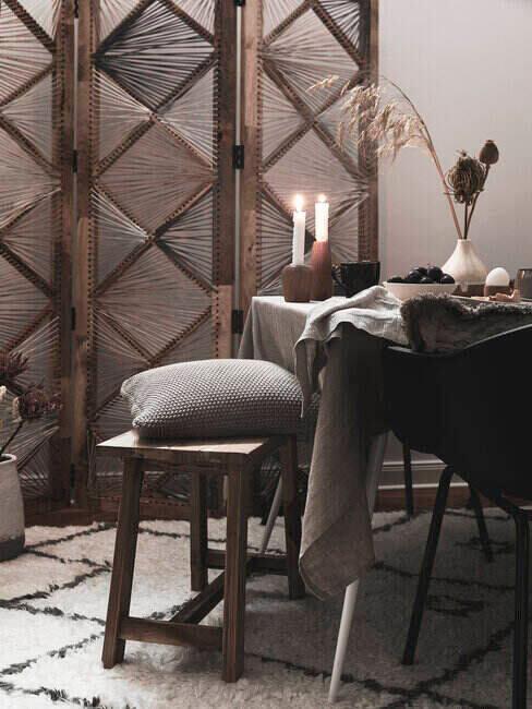 Skandynawska jadalnia wieczorem, stół, taboret, ciemny obrus