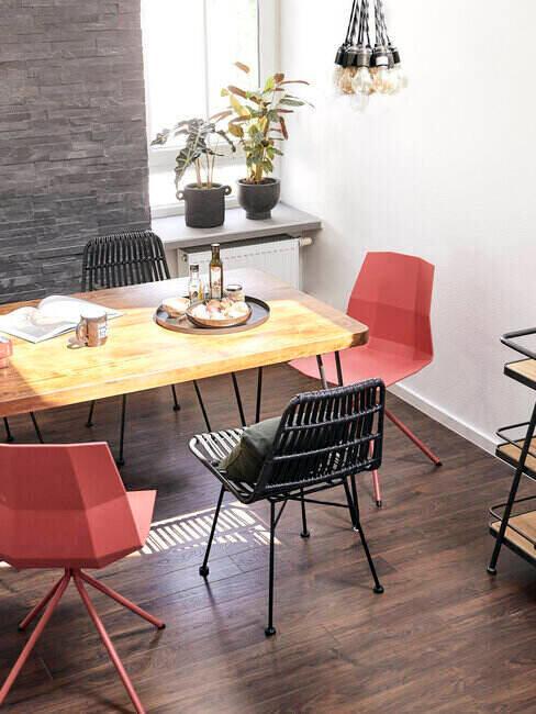 Jadalnia z funkcjonalnymi krzesłami