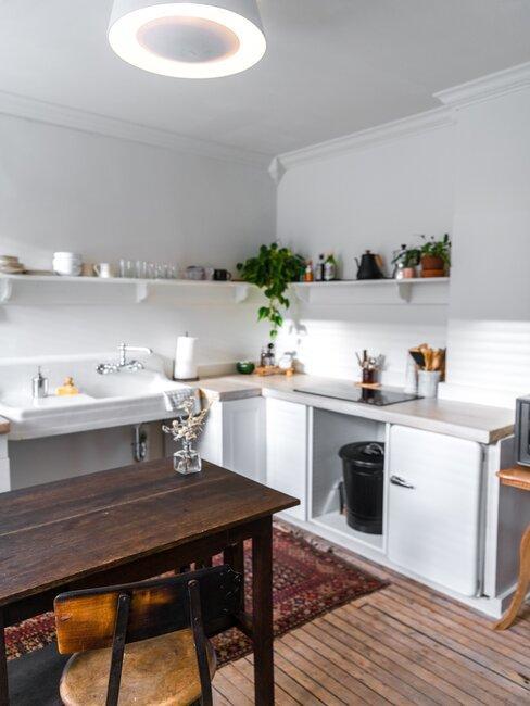 Białe meble i ciemny stół, styl prowansalski